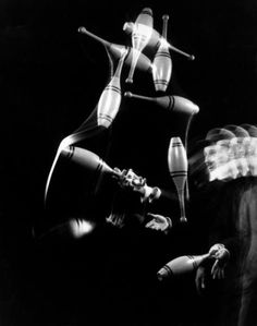 stroboscope  Stroboscopic image of juggler Stan Cavenaugh juggling tenpins by Gjon Mili (NY, 1941)