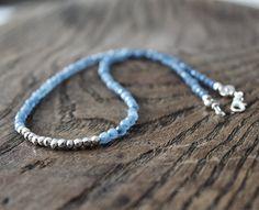 Blue-grey ruby and silver pyrite necklace. The length of the necklace is 47cms. Collar de rubi facetado azul-gris y pirita plateada. La longitud total del