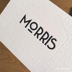 Minimalistisch geboortekaartje zwart wit monochroom met preeg letterpress blinddruk