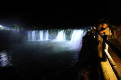 暗闇の中に浮かび上がる原尻の滝=11日午後8時48分、豊後大野市緒方町、撮影・鈴木幸一郎