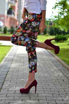 my favorite shade of red with floral pants! Burgundy Pants, Burgundy Shoes, Floral Pants Outfit, Fashion Outfits, Womens Fashion, Fashion Trends, Fashion Today, Oxblood, Spring Summer Fashion