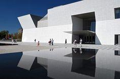 位在加拿大多倫多的「Aga Khan Museum」昨天(9/18)正式開放,這座建築是由日本建築師槙文彥與當地建築公司「moriyama & teshima」共同合作設計,被認為是陳列各類文物的的殿堂級建築。而戶外包含水池與大片綠地的公園則是由景觀設計師vladimir djurovic所設計。 整體建築充斥著簡約與光亮的視覺特色,稜角分明的結構由白色花崗岩覆蓋,其中玻璃上的構圖引用了傳統伊斯蘭的圖樣,在細節上蘊含了文化的意象。 AGA KHAN MUSEUM https://www.agakhanmuseum.org/ 槙文彥 http://www.maki-and-associates.co.jp/index.html