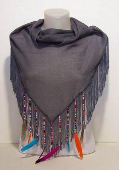 Grijze sjaal ibiza stijl met gekleurde veertjes www.heidi-art.nl