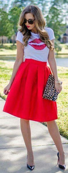 Para salir.   Falda midi color rojo, blusa con beso, zapatilla negra