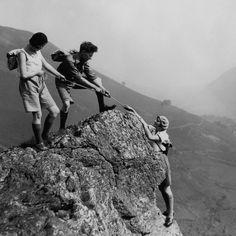 Una donna aiutata da due amici a raggiungere la cima di una montagna nel Galles del nord, durante una gita il 4 settembre 1931