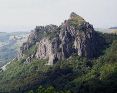 La Roche Sanadoire : ancienne cheminée volcanique dégagée par l'érosion glaciaire. Auvergne