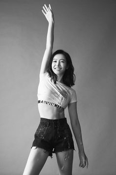 f(x)'s Victoria bared her midriff for Chinese health magazine 'Trendshealth'. Victoria graced the cover of the October issue of the … Victoria Fx, Victoria Song, Kpop Girl Groups, Kpop Girls, Kpop Fashion, Korean Fashion, Fashion Song, Victoria Wallpaper, Moda Kpop