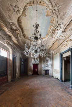 I will fix it as my dining room! Old Abandoned Houses, Abandoned Castles, Abandoned Mansions, Abandoned Buildings, Abandoned Places, Old Houses, Beautiful Ruins, Beautiful Buildings, Beautiful Homes