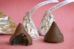 A different way to do oreo truffles- Erin's present? Homemade Valentine Kisses 1 package oreo cookies (divided… use cookie including the cream center) 1 package cream cheese (softened) chocolate bark Just Desserts, Delicious Desserts, Yummy Food, Fun Food, Oreo Desserts, Chocolate Desserts, Yummy Yummy, Oreos, Hersheys
