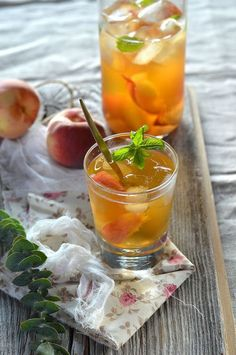 Ice tea with peach and mint Ice tea maison a la p+ Sugar Free Recipes, Tea Recipes, Sweet Recipes, Healthy Recipes, Summer Drinks, Cocktail Drinks, Cocktail Recipes, Mint Iced Tea, Healthy Cocktails