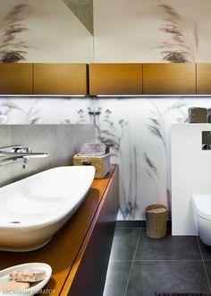 <p>Łazienka coraz częściej jest wykańczana tapetą czy fototapetą. Jeśli chcesz mieć fototapetę w łazience, dowiedz się jak ją przykleić. <strong>Łazienka fototapeta</strong>: poradnik. Fototapeta w łazience może zdobić wnękę, ścianę, drzwi, czy nawet ścianę pod prysznicem.</p>