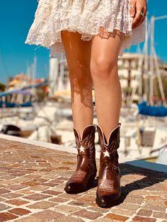 Ami gli Stivali Texani e Camperos Donna? Scopri tutti i Modelli Bohemian Style Autunno Inverno 2020 Tutta la moda ai tuoi piedi su www.kikkiline.it il sito di calzature Made in Italy per eccellenza con sede a Riccione. Modelli unici in Limited Edition Bohemian Boots, Italian Style, Shoe Boots, Shoes, Fashion Outfits, Womens Fashion, Gorgeous Women, Cowboy Boots, Casual Dresses