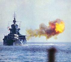 USS IDAHO BB-42 Firing her shells onto Okinawa. Kapal perang USS Idaho (BB-42) shellsOkinawa pada tanggal 1 April 1945