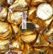 Hershey's Kisses Creamy Milk Chocolate Gold Wrapping 4 Pounds (Warm Weather Packaging) Gold Hersheys Kisses Hersheys Kisses Gold Wrapping Great For Candy Bars Approximately 420 Kisses! The Freshest Kisses You'll ever taste Chocolate Gold Coins, Chocolate Wrapping, Hershey Chocolate, Chocolate Kisses, Chocolate Treats, Gold Candy Buffet, Candy Table, Bulk Candy, Candy Store