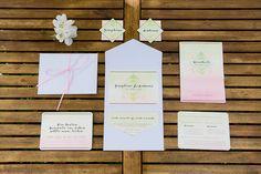 Frühlingshafte Hochzeitspapeterie in rosa und Orange mit modernen Elementen.