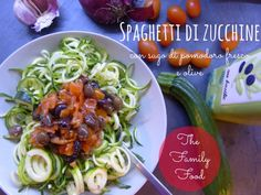 Spaghetti di zucchine con sugo di pomodoro fresco e olive