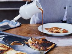 This incredibly delicious Argentinean dessert is so easy to make: Fold store-bought luscious dulce de leche into homemade crêpes and top with whipped cream. Great Desserts, Holiday Desserts, Dessert Ideas, Beignets, Homemade Crepes, Sweet Breakfast, Breakfast Recipes, Pancakes And Waffles, Sliced Almonds