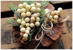 이미지 출처 http://beacont.com/wp-content/uploads/2014/01/Best-Rustic-Ring-Bearer-Pillow-Pine-Cone-Rusticblend-Centerpieces-for-Winter-Weddings-615x425.jpg