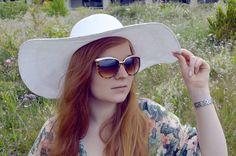 #Sommer #Strohhut #Schlapphut #SommerAccessoire Gut behütet durch den Sommer: Ob Strohhut oder Schlapphut, Hüte sind einfach ein wunderschönes Sommer-Accessoire. Sie schützen nicht nur vor der Sonne, sondern können ganz nebenbei auch dazu beitragen, einen Bad-Hair-Day zu verstecken. Einfache Strohhüte eignen sich hervorragend für einen entspannten Stadtbummel und passen super in der Kombination zu jeder Art von Jeans-Outfits mit leichten Tops oder Bluse. Bisher einen Hut maximal im Urlaub…