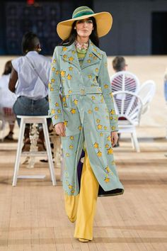 The complete Marc Jacobs Spring 2020 Ready-to-Wear fashion show now on Vogue Runway. Fashion 2020, New York Fashion, Love Fashion, Runway Fashion, Fashion Brands, Fashion Show, Fashion Design, Fashion Suits, Summer Fashion Trends