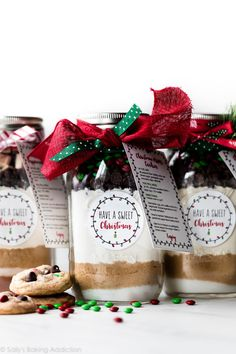 Recipe and tutorial for making DIY Christmas cookies in a jar with free printable recipe card! This is such a fun homemade gift idea. Christmas Cookies Packaging, Christmas Cookies Gift, Christmas Baking, Diy Christmas, Christmas Recipes, Holiday Gifts, Cookie Gifts, Cookie Jars, Food Gifts