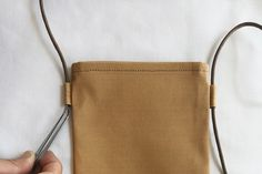 布1枚で作る、簡単スマホショルダーポーチ(ポシェット)の作り方 | nunocoto fabric Korean Bags, Japanese Sewing Patterns, Craft Bags, Needlework, Textiles, Diy Crafts, Tote Bag, Fabric, Handmade