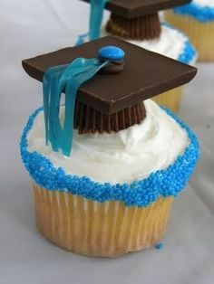 Graduation Cupcakes: peanut butter cups, chocolate squares, mini M & M s, fruit roll-up or Twizzlers pull n peel, or other similar tassel-making candy. With or without the cupcake. Diy Graduation Gifts, Graduation Party Foods, Graduation Cupcakes, Graduation Desserts, Graduation Hats, Graduation Celebration, Grad Hat, College Graduation, Grad Parties
