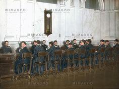 Das Fräulein vom Amt. Die Wiener Telefonzentrale in der Dreihufeisengasse, die heutige Lehargasse. Wien VI. Handkoloriertes Glasdiapositiv. Um 1900.