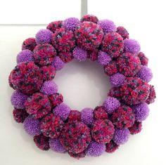 DIY Yarn Pom Pom Wreath – Craft projects for every fan! Wreath Crafts, Diy Wreath, Yarn Crafts, Diy Crafts, Christmas Pom Pom, Christmas Crafts, Pom Pom Kranz, Pom Pom Wreath, Pom Pom Maker