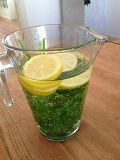 Warm he! Maak zelf limonade of vitamine water - Recept: water, citroen, peterselie. = heerlijk fris en lekker....