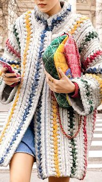 Knitting Patterns Coat Chanel knitted coat and multicolor stitched jersey flap bag; with jeans Crochet Coat, Crochet Jacket, Crochet Clothes, Knitted Coat, Chunky Crochet, Moda Crochet, Knitting Patterns, Crochet Patterns, Mode Chanel