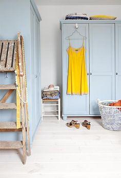 Een rustige basiskleur op de vloer en de wand, een pastelkleur op de kasten en vervolgens knallen met kleur.