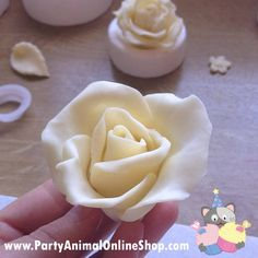 Making a Rose with Modelling Chocolate Tutorial I loved how fun and different these were to make. I found chocolate to be much more slap-dash than what sugarcraft is. When you use flower paste to model your flowers you use very precise methods,. Modeling Chocolate Figures, Modeling Chocolate Recipes, Chocolate Crafts, Chocolate Flowers, How To Make Chocolate, White Chocolate, Chocolate Designs, Fondant Bow, Fondant Cakes