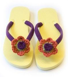 Looking for easy free crochet patterns? Buy a plain pair of flip flops and dress them up with the flowers to make some fun floral flip flops. Choose brightly colored yarn if you're wanting a fabulous summer look. Crochet Shoes, Crochet Baby Booties, Crochet Slippers, Crochet Yarn, All Free Crochet, Learn To Crochet, Crochet Flower Patterns, Crochet Flowers, Pattern Flower