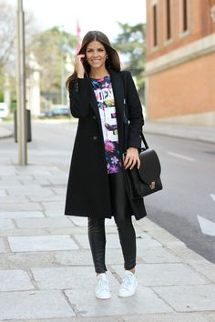 trendy_taste-look-outfit-street_style-ootd-fashion_spain-moda_españa-blog-blogger-adidas-stan_smith-leggings-maxi_blazer-camiseta_flores-lea...