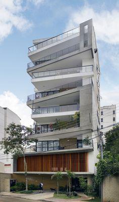 Construido por Skylab Arquitetos en Juiz de Fora, Brazil con fecha 2013. Imagenes por Maria Toscano . La parcela de 522m² que originalmente albergaba una casa dio paso a un edificio residencial de seis pisos, incluyendo...