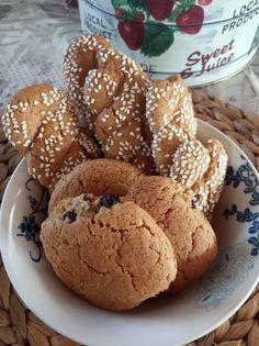 Κουλουράκια κανέλας με σταφίδες και σουσάμι Muffin, Cookies, Breakfast, Desserts, Food, Crack Crackers, Morning Coffee, Tailgate Desserts, Deserts