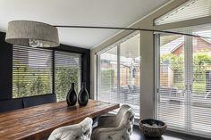 Heb je een raam met een schuine kant? Dan is niet ieder raamdecoratie product geschikt. De houten jaloezieën zijn een goede oplossing. Stijlvol, op maat gemaakt en trendy! Ramen, Blinds, Curtains, Home Decor, Decoration Home, Room Decor, Shades Blinds, Blind, Draping