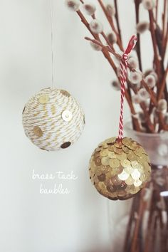Isn't it strange how something so basic as brass tacks can make something look so nice :) European brass tacks are different though; they're not flat, but with a rounded head :( ~Serena~ DIY brass tack baubles Diy Christmas Baubles, Noel Christmas, Homemade Christmas, Holiday Crafts, Holiday Fun, Christmas Decorations, Diy Ornaments, Homemade Ornaments, Ball Ornaments