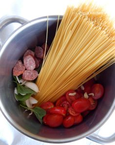 Spaghetti with Cherry Tomatoes and Sausage Quick Pasta Recipes, English Food, Greek Recipes, Cherry Tomatoes, Celery, Sausage, Spaghetti, Vegetables, Kitchen