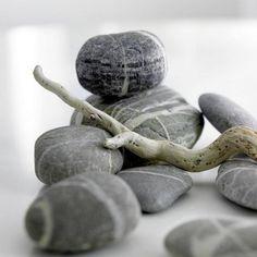 I LOVE these rocks!!  I have a few I picked up in Maine and they are my favorite!!  (via Dekorieren mit Schätzen aus der Natur - Wohnidee.de)