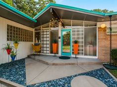 Located in the Disney streets area of Dallas, this mid-century home is part retro diner, part Design Within Reach showroom. Décoration Mid Century, Mid Century Decor, Mid Century House, Mid Century Modern Design, Modern House Design, Modern Houses, Mid Century Modern Door, 1950s Interior, Interior Design