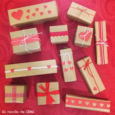 Marchando un montón de regalitos para decorar el escaparate de San Valentín