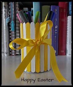 Happy Easter Tin Can // Stojánek na tužky z plechovky, na kterou nalepíme omalovaná dřívka od zmrzliny a ovážeme mašlí