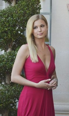 Emily Thorne daringly low-cut red gown.