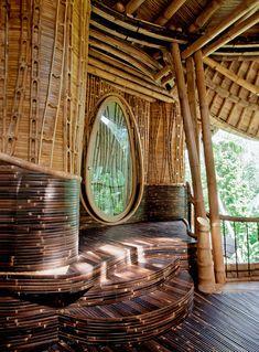 Входная дверь в виде капли. Бамбуковая вилла на острове Бали