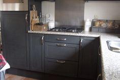 Keuken met Annie Sloan graphite+ old white Kitchen with Annie Sloan graphite mixed with old white.Tiles in old white