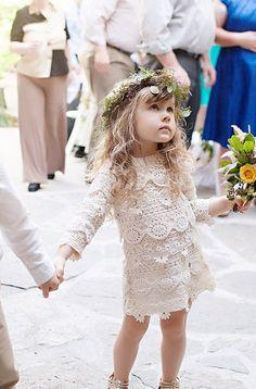 Su pequeña nena boho se verá adorable en este vestido de crochet de inspiración vintage. Longitud del vestido es medio muslo. Acabado en la