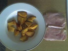 Grahamové plátky s máslem a šunkou a nektarinka.