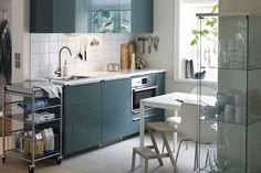 Arredamento cucina moderna con mobili di colore verde oliva e ...
